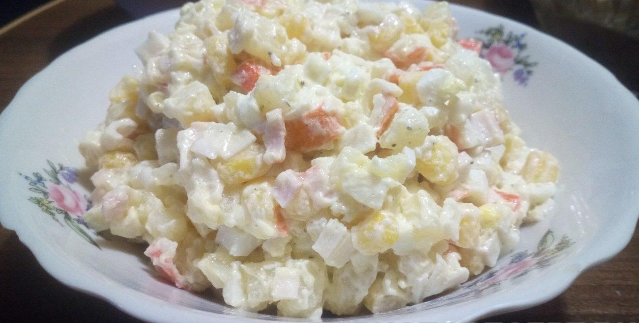 Простой крабовый салат с картофелем