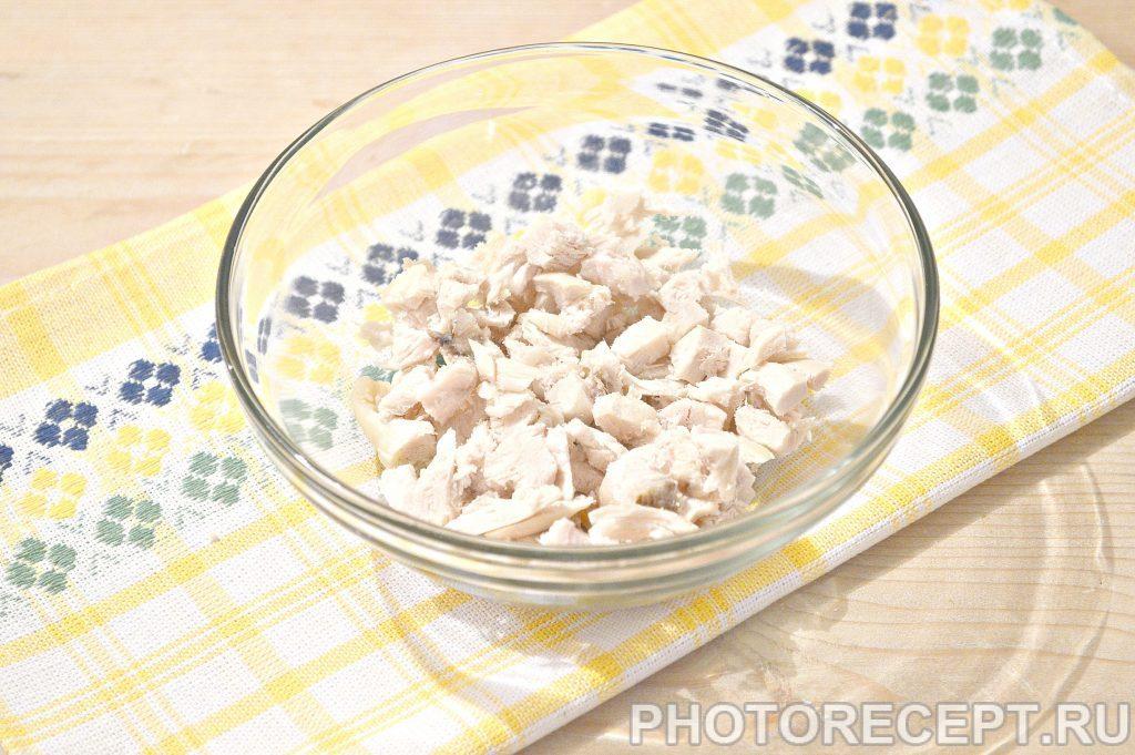 Фото рецепта - Простой салат из куриной грудки и зеленого горошка - шаг 1