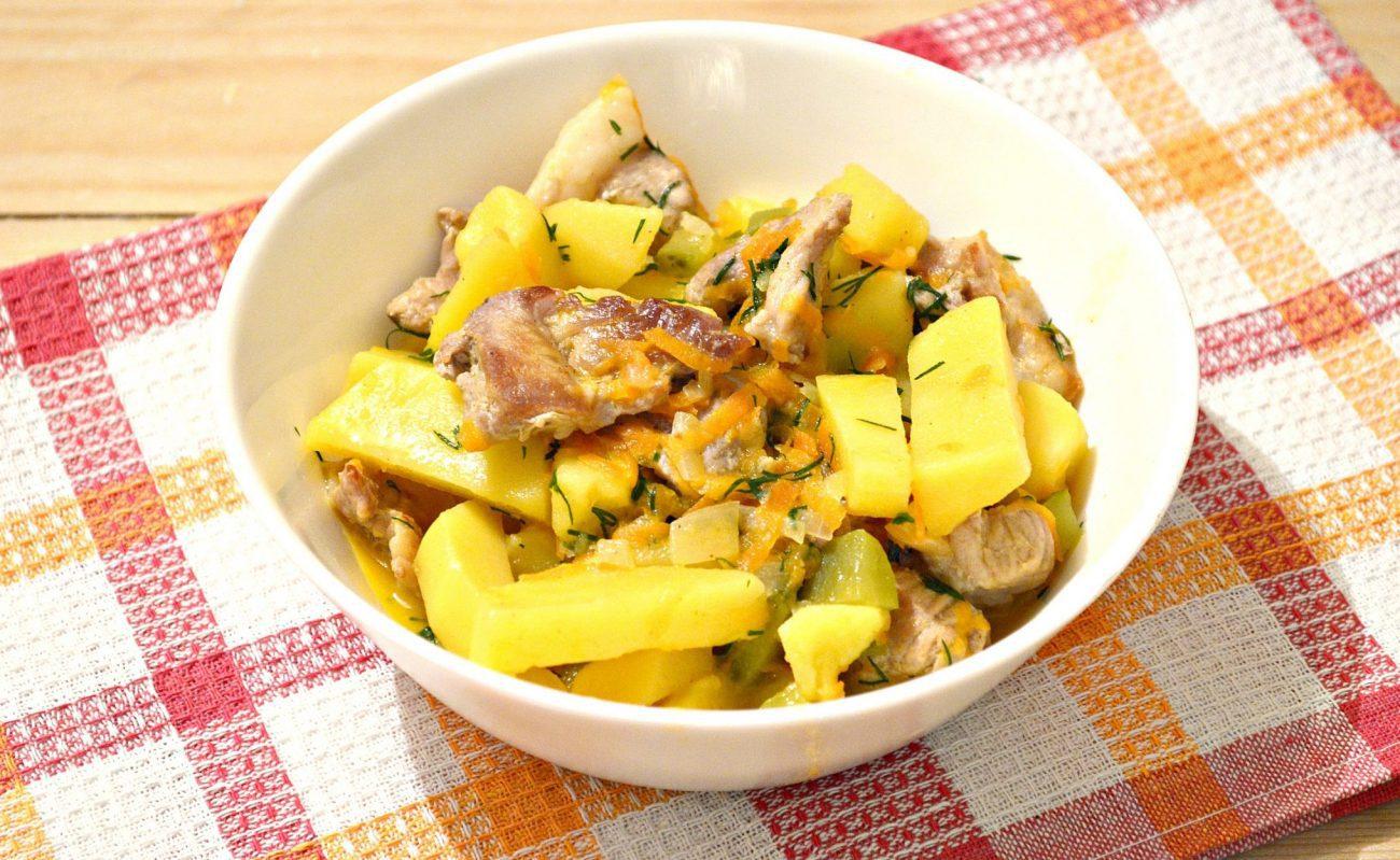 Свинина, тушенная с картофелем и огурцами