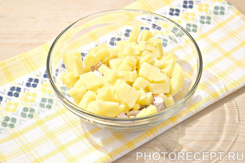 Фото рецепта - Простой салат из куриной грудки и зеленого горошка - шаг 2