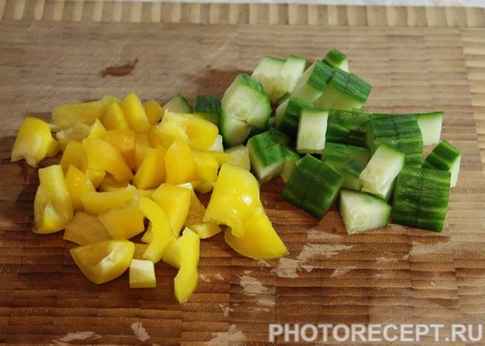 Фото рецепта - Салат из цветной капусты с огурцом и перцем - шаг 3