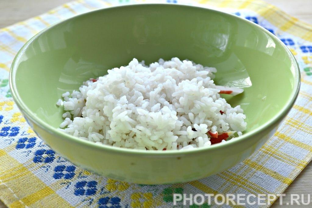 Фото рецепта - Салат с крабовым мясом и кукурузой - шаг 2