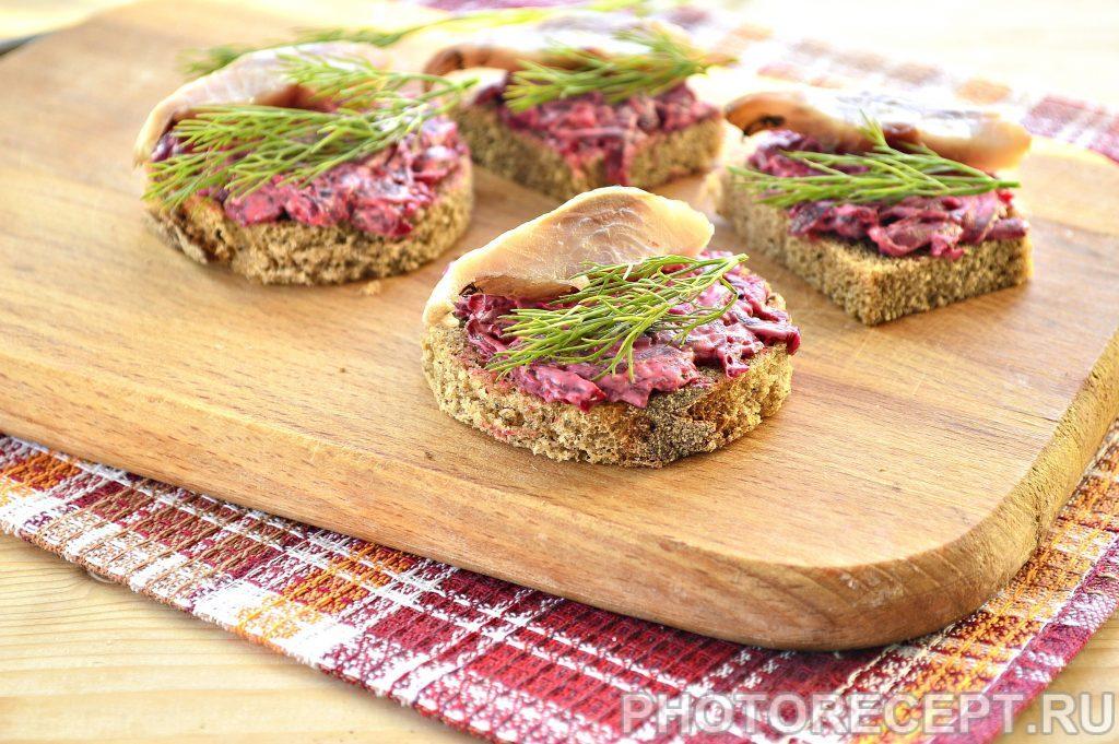Фото рецепта - Закусочные бутерброды со свеклой и селедкой - шаг 4