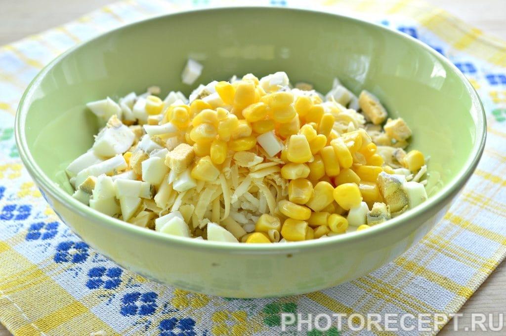 Фото рецепта - Салат с крабовым мясом и кукурузой - шаг 4