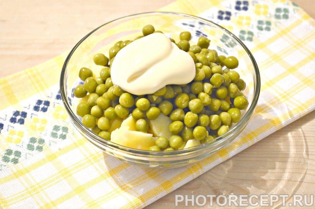 Фото рецепта - Простой салат из куриной грудки и зеленого горошка - шаг 5