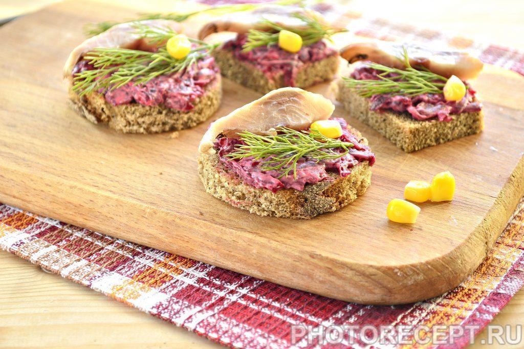 Фото рецепта - Закусочные бутерброды со свеклой и селедкой - шаг 5