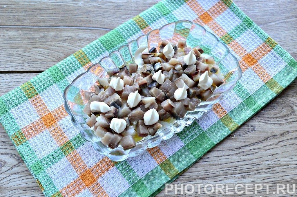 Фото рецепта - Праздничный салат «Селедка под шубой» с яблоком и яйцом - шаг 5