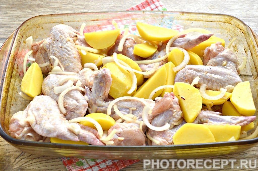 Фото рецепта - Куриные крылышки с картофелем в духовке - шаг 6