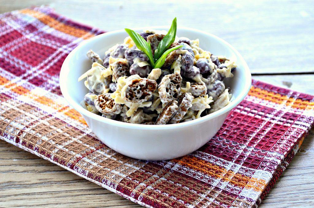 Фото рецепта - Салат с курицей, фасолью и сухариками - шаг 6