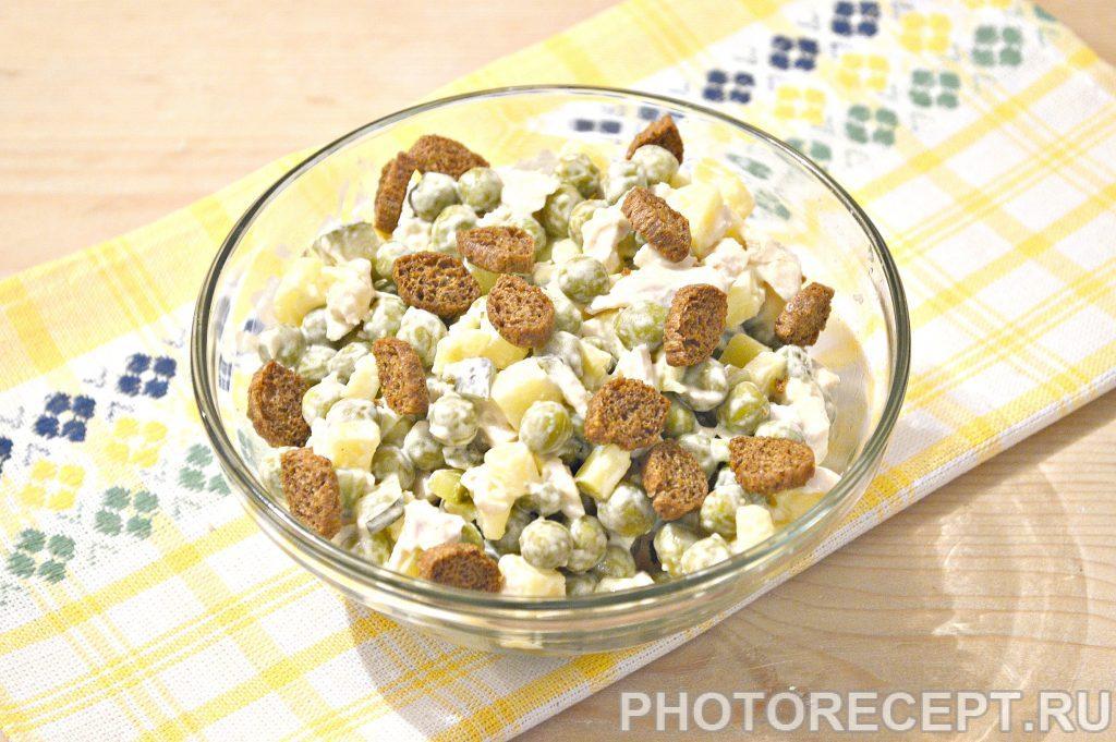 Фото рецепта - Простой салат из куриной грудки и зеленого горошка - шаг 7