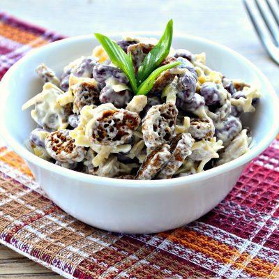 Салат с курицей, фасолью и сухариками - рецепт с фото