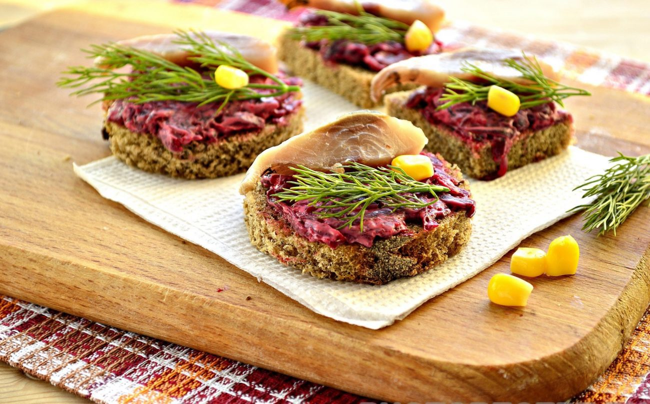 Закусочные бутерброды со свеклой и селедкой