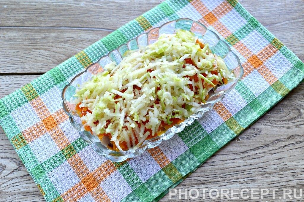 Фото рецепта - Праздничный салат «Селедка под шубой» с яблоком и яйцом - шаг 7