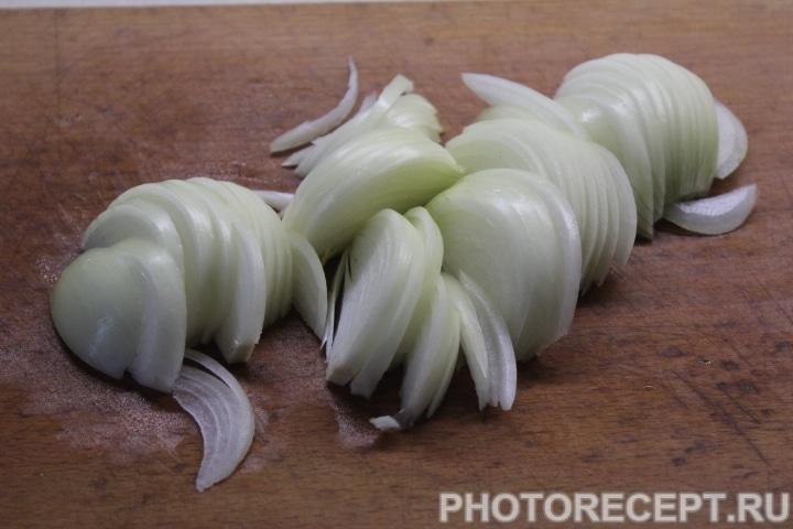 Фото рецепта - Слоеный салат с копченой курицей, ананасом и грибами - шаг 2