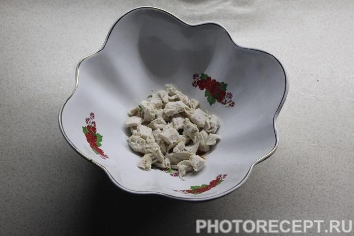 Фото рецепта - Слоеный салат с копченой курицей, ананасом и грибами - шаг 6