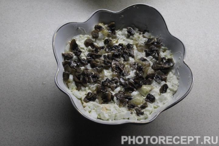 Фото рецепта - Слоеный салат с копченой курицей, ананасом и грибами - шаг 11