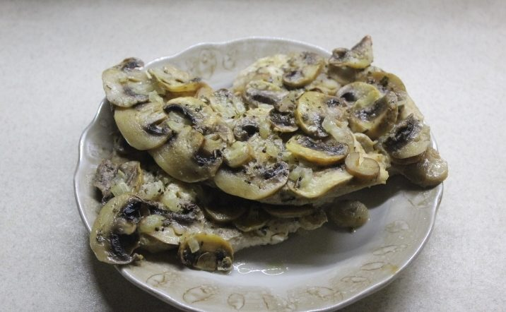 Диетическая курица с грибами в духовке