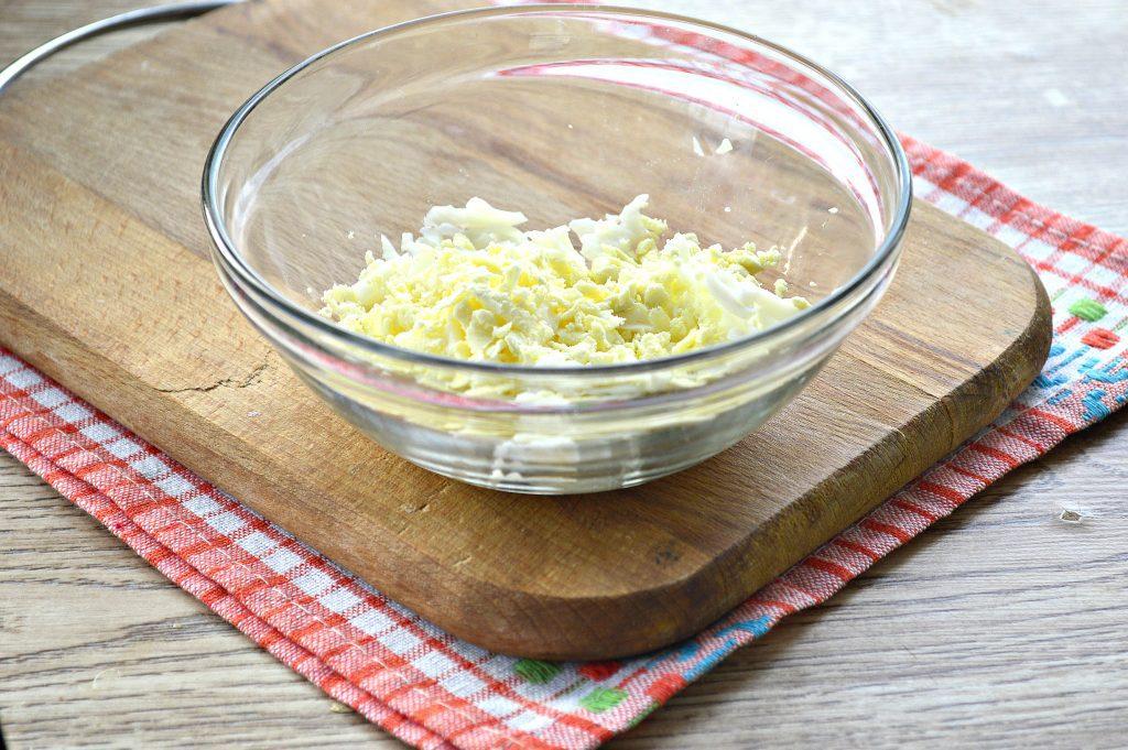 Фото рецепта - Бутерброды с яйцом и сельдью - шаг 1