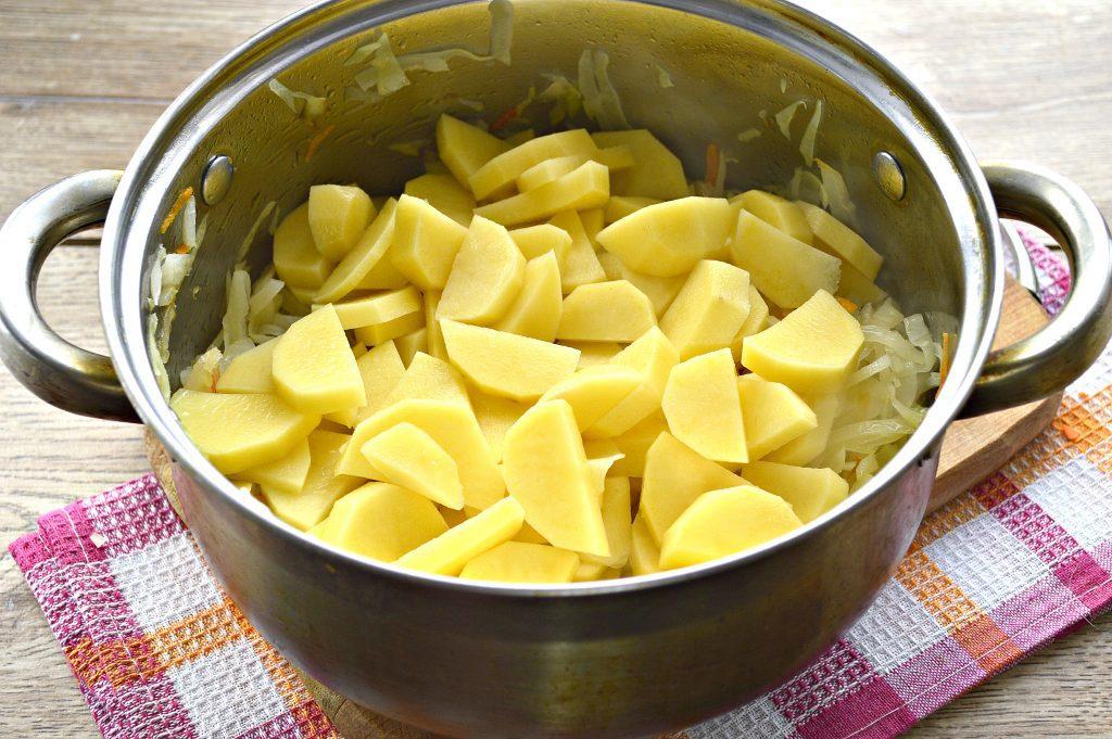 Фото рецепта - Капуста белокочанная, тушеная с картофелем - шаг 4
