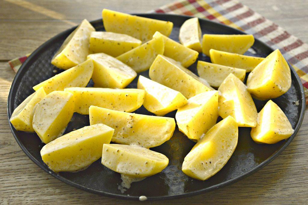 Фото рецепта - Картофель, запеченный в майонезе и специях - шаг 5