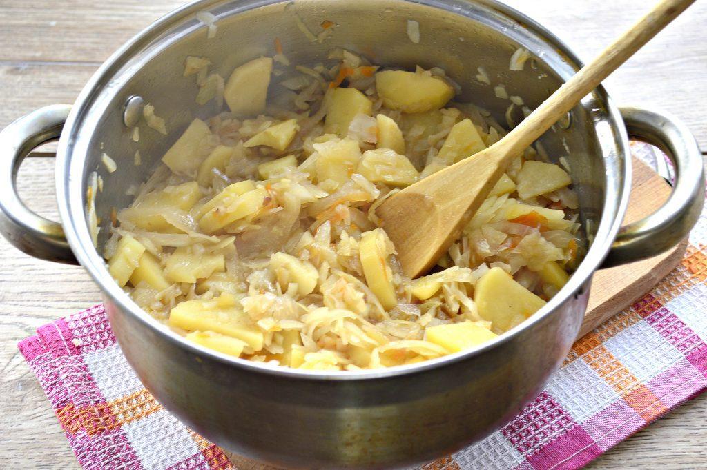 Фото рецепта - Капуста белокочанная, тушеная с картофелем - шаг 5
