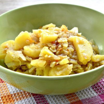 Капуста белокочанная, тушеная с картофелем - рецепт с фото