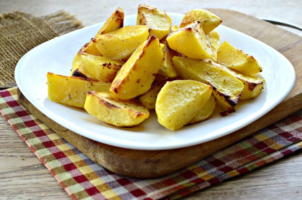 Фото рецепта - Картофель, запеченный в майонезе и специях - шаг 7