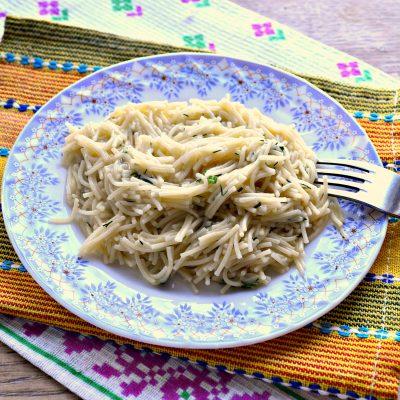 Вермишель с сыром и зеленью на сковороде - рецепт с фото