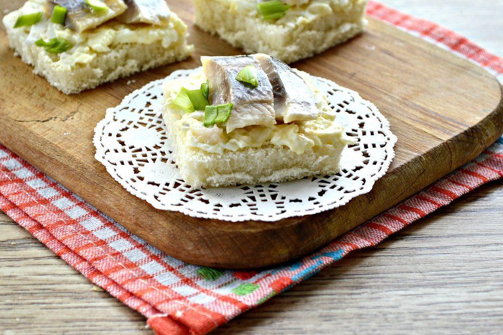 Фото рецепта - Бутерброды с яйцом и сельдью - шаг 8