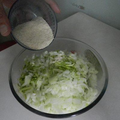 Фото рецепта - Греческие тефтели из индейки с кабачками - шаг 4