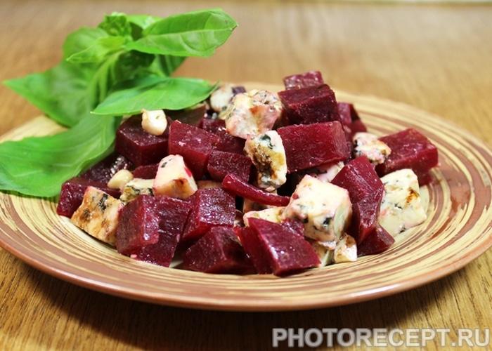 Фото рецепта - Салат из свеклы с сыром - шаг 6