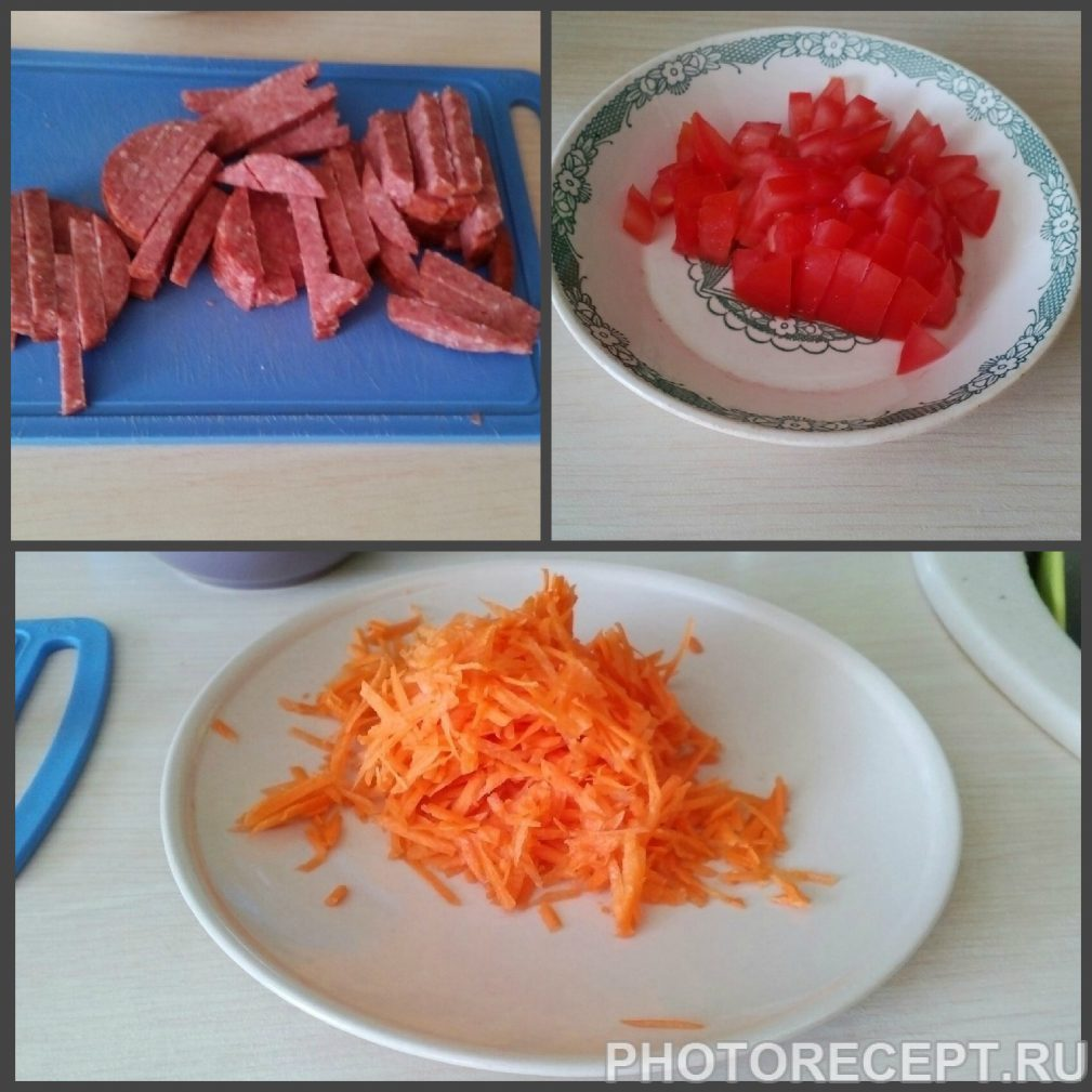 Фото рецепта - Поджарка из овощей и колбаски к гарниру - шаг 1