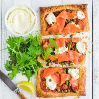 Тарталетки с форелью и помидорами - рецепт с фото