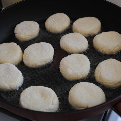 Фото рецепта - Жареные сырники из творога - шаг 4