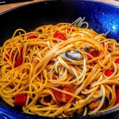 Фото рецепта - Спагетти с мидиями - шаг 11