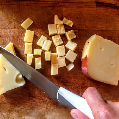Фото рецепта - Салат из перловки с овощами и сыром - шаг 3
