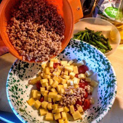 Фото рецепта - Салат из перловки с овощами и сыром - шаг 7