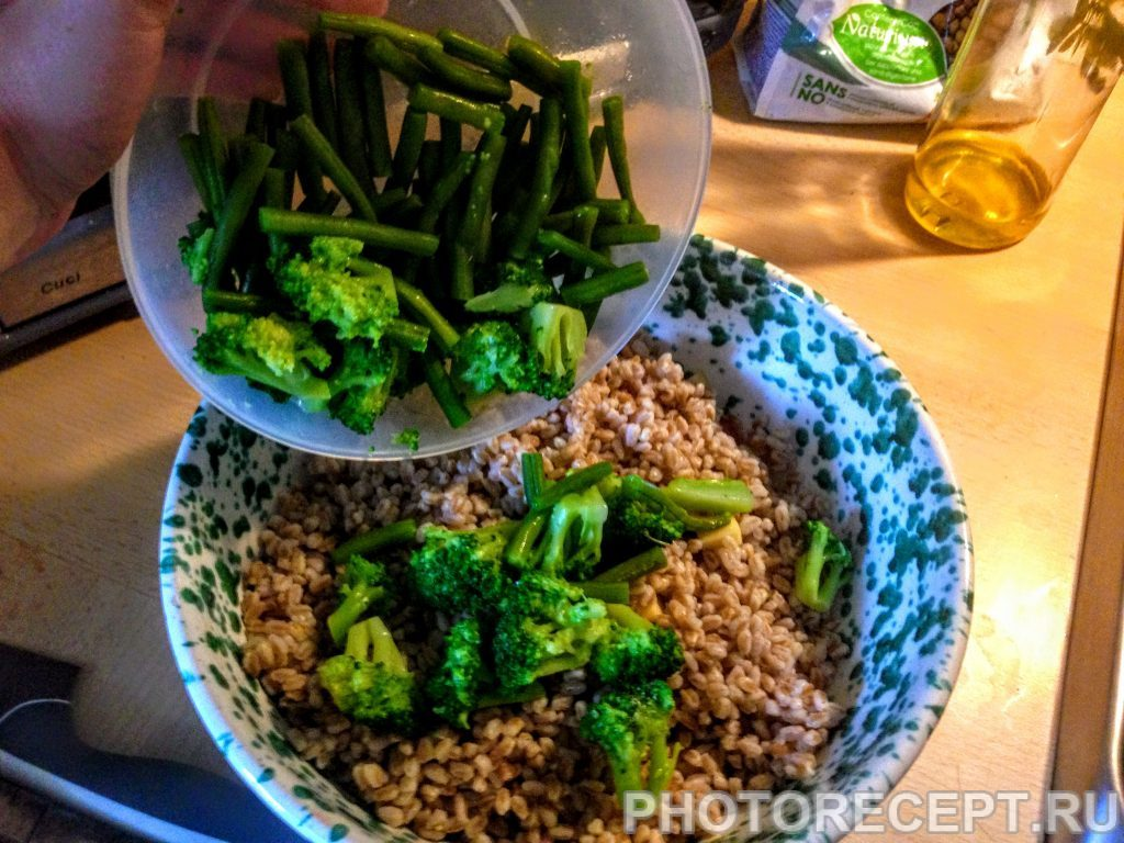 Фото рецепта - Салат из перловки с овощами и сыром - шаг 8