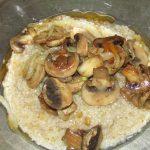 Фото рецепта - Ячневая каша с грибами - шаг 3
