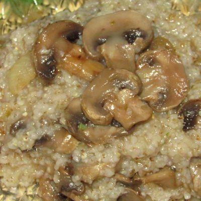 Фото рецепта - Ячневая каша с грибами - шаг 4