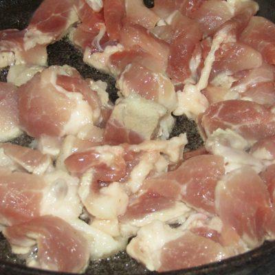 Фото рецепта - Паста с рагу из свинины и консервированной кукурузы - шаг 2