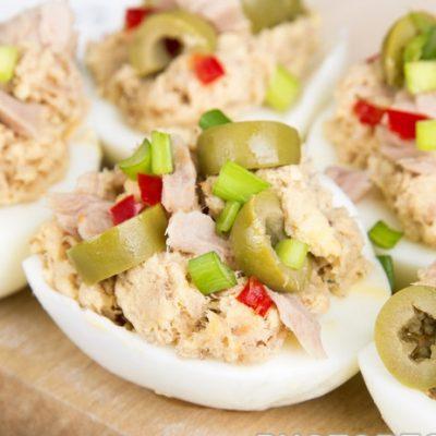Салат-закуска из фаршированных яиц с тунцом - рецепт с фото