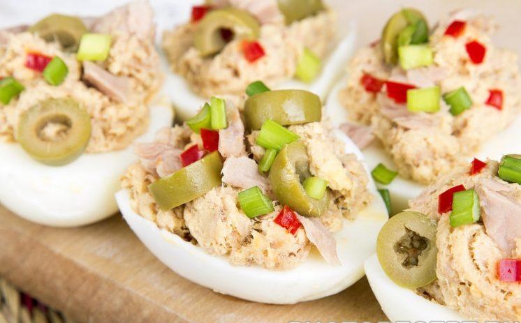 Салат-закуска из фаршированных яиц с тунцом