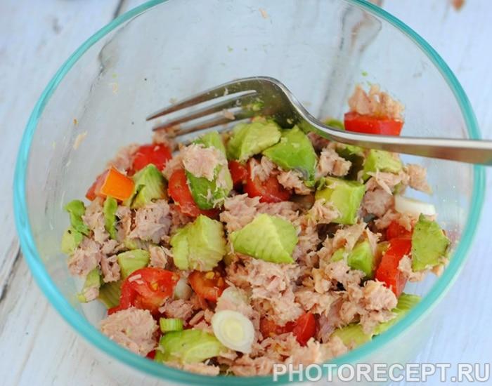 Фото рецепта - Простой салат из тунца с помидорами и авокадо - шаг 2