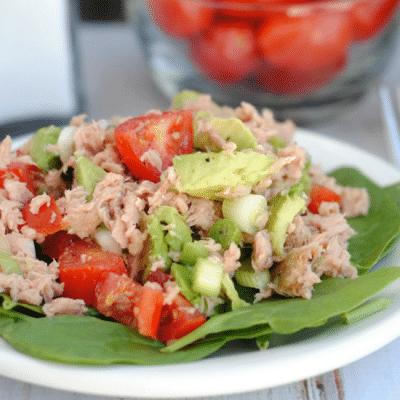 Простой салат из тунца с помидорами и авокадо - рецепт с фото