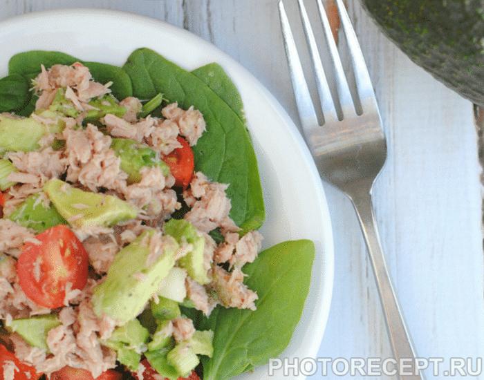 Фото рецепта - Простой салат из тунца с помидорами и авокадо - шаг 3