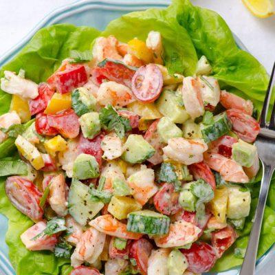Греческий овощной салат с креветками и авокадо - рецепт с фото