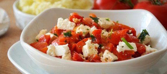 Салат низкокалорийный с фетой и запеченным перцем