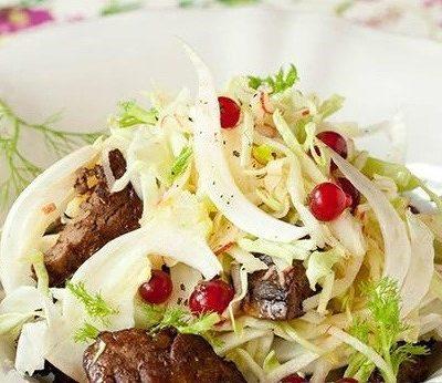 Легкий смородиновый салат с яблоком и куриной печенкой - рецепт с фото