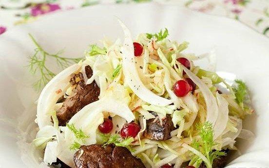 Легкий смородиновый салат с яблоком и куриной печенкой